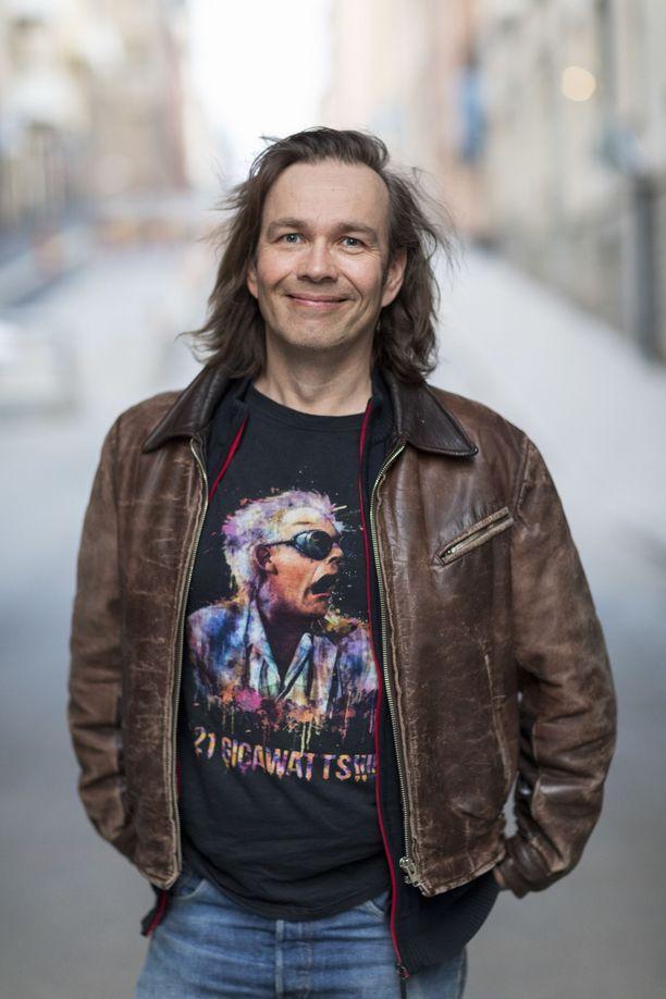 Ruotsissa asuva Risto Pakarinen yllättyi siitä, kuinka paljon hänelle merkitsi se, että hänen englanniksi kirjoittamansa esikoisteoksensa julkaistiin myös Suomessa.