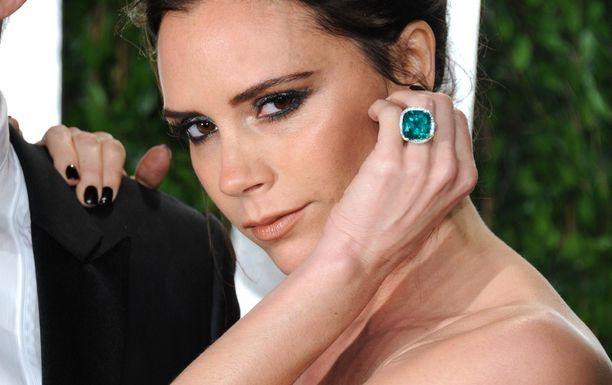 Vuonna 2012 Victoria Beckham näyttäytyi punaisella matolla näyttävä vihreä sormus vasemmassa nimettömässään.