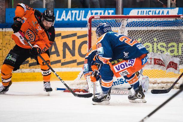 HPK:n Philippe Cornet hätyyttelee Christian Heljangon vartioimaa Tapparan maalia, Niko Ojamäki on puolustustehtävissä.