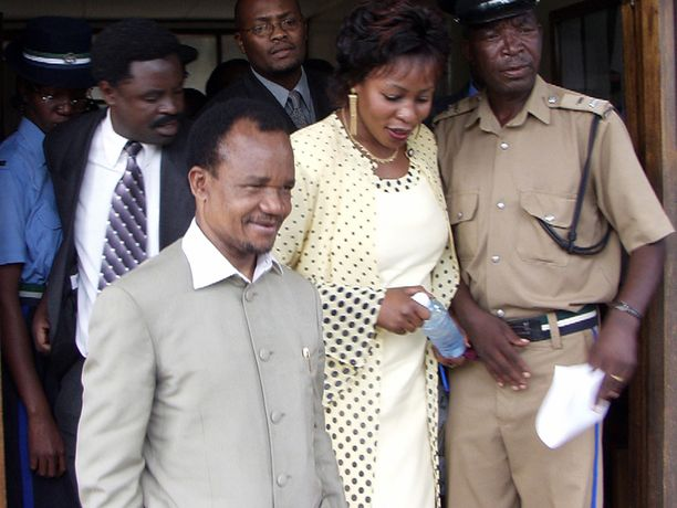 Vuonna 2011 kuollut presidentti Frederick Chiluba (etualalla) poistumassa korruptio-oikeudenkäynnistä Lusakassa joulukuussa 2003. Hänen vieressään Regina Chiluba ja tämän puhemieheksi ilmoittautuva Emmanuel Mwamba takana keskellä.