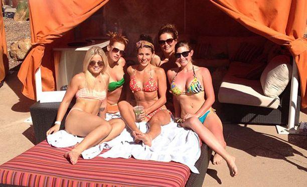Phoenix Coyotesin lady-osastoa: Takarivissä Erinn (vihreät bikinit), etualalla Nancy (punaiset bikinit), eturivissä Brittney (turkoosit/kirjavat bikinit) ja takana oikealla Jessica. Edessä vasemmalla Lauri Korpikosken avovaimo Janni Hussi.