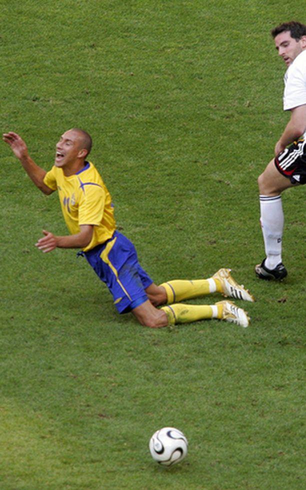 Henrik Larsson joutui itse kaltoin kohdelluksi kesän MM-kisoissa. Saksan Christoph Metzelder ihmettelee kaatumista.