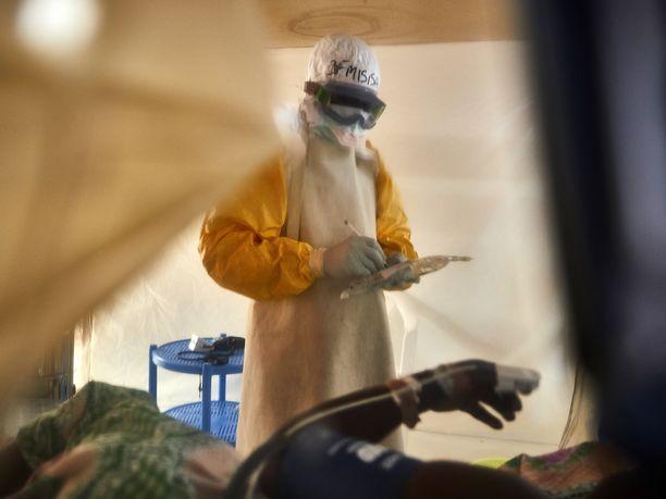 Lääkäri auttoi toukokuussa Ebola-viruksen tartuttamia potilaita Benissä Kongon demokraattisessa tasavallassa.