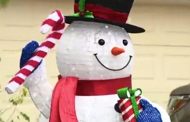 Näyttävä lumiukko on suurin kiistan aihe.