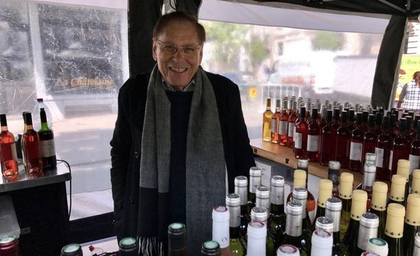 - Minulla ei koskaan ole ollut pulmia siitä, että asiakkaani olisivat juoneet liikaa vaikka myyn viiniä myös laseittain, Brysselissä viiniä myyvä Michel Dadue kertoo.