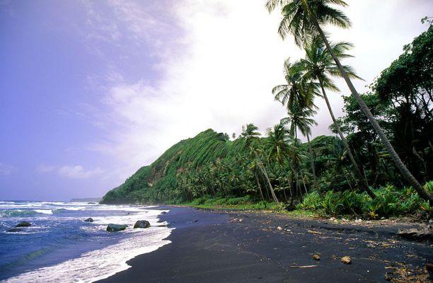 Dominican musta ranta: Karibialla sijaitsevan Dominican saarivaltion rannoista osa on mystisen mustia.
