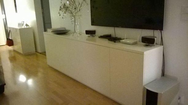 Keittiökaapit toimivat kalusteena myös olohuoneessa ja eteisessä.