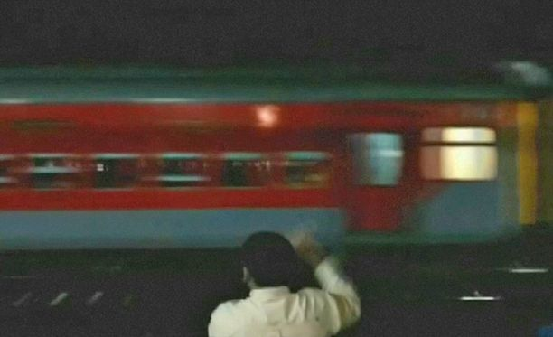 Karkurijuna meni useiden asemien ohi.