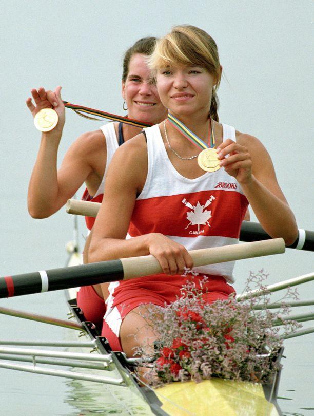 Olympiavoittaja Kathleen Heddle (edessä) on kuollut. Takana Marnie McBean. Kuvassa juhlitaan Barcelonan kultamitalia.