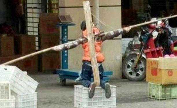 Poika joutui olemaan häpeäpaalussa perheen kaupan edessä ainakin kaksi tuntia.