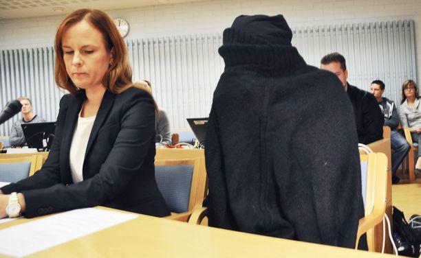 Vauvojensa surmista tuomittu äiti esiintyi oikeudessa täysin mustiin verhoutuneena.