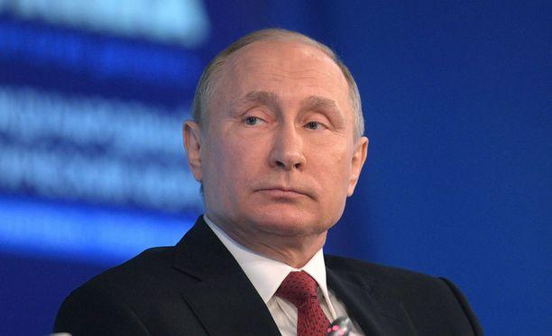 Ulkopoliittisen instituutin vanhemman tutkijan Katri Pynnöniemen mukaan Pietarin valikoituminen iskupaikaksi saattoi johtua siitä, että presidentti Vladimir Putin tapasi siellä tänään Valko-Venäjän presidentin Aleksandr Lukashenkon.