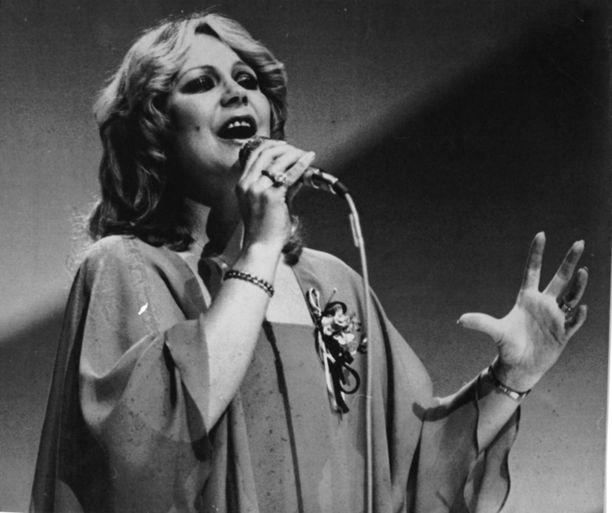 Seija Simola edusti Suomea vuoden 1978 euroviisuissa Pariisissa. Toiseksi viimeiseksi jääminen sai uran notkahtamaan pahoin. Hän koki silti vielä uuden tulemisen ennen lopettamispäätöstään.