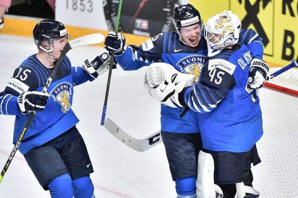 Jussi Olkinuora (oikealla) pelasti Suomen lukuisia kertoja.