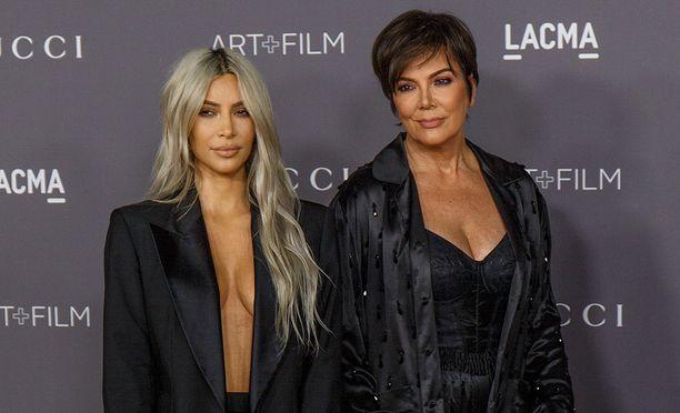 Kim Kardashian ja Kylie Jenner edustivat yhdessä punaisella matolla viime marraskuussa.