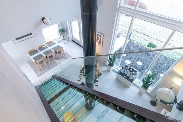 Haluatko, että portaikosta huolimatta tila on avara? Valo virtaa lasiseinäisen portaikon läpi. Teräsportaisiin on yhdistetty myös lasiaskelmat. Ratkaisu sopii hyvin moderniin kotiin.