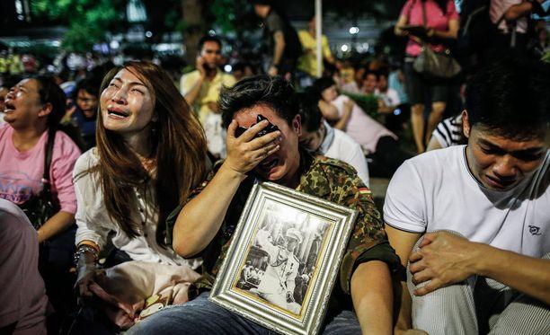 Thaimaalaiset surevat pidetyn kuninkaan kuolemaa.