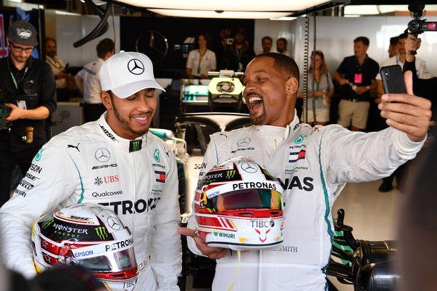 Lewis Hamilton viihtyy muiden julkimoiden seurassa. Kuvassa britin vieraana Abu Dhabin varikolla  näyttelijä Will Smith.