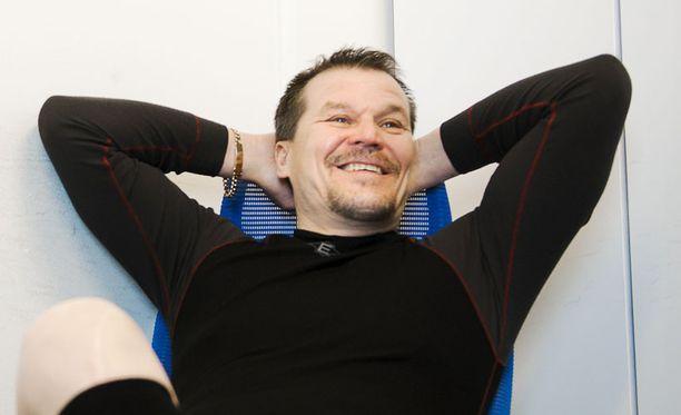 Valmentaja Kai Suikkasella on syytä hymyyn. Oma joukkue selvitti tiensä finaaliin, eikä miehen tarvitse vetää hametta päälleen kisayleisön edessä.