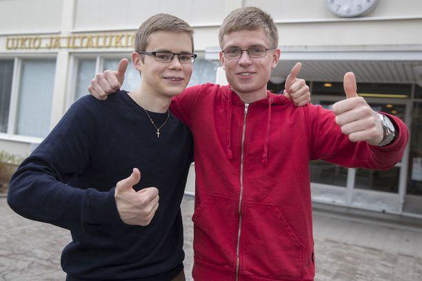 Timo Syvälahti (vas.) ja Otso Nieminen kirjoittivat molemmat kahdeksan laudaturia ja saavat ylioppilaslakit ja todistukset 3. kesäkuuta.