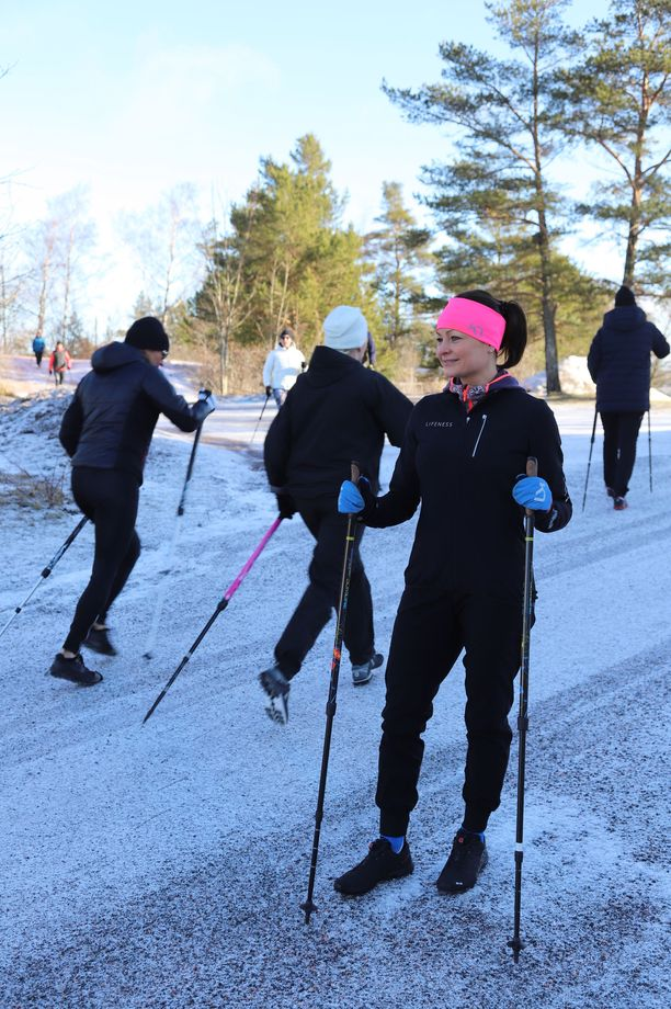 Hyvinvointivalmentaja Heidi Tainiolla on tausta kilpahiihdosta. Nyt hän kouluttaa muun muassa BungyPump-vastuskävelysauvoilla treenaamista.