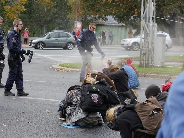 Poliisi suihkutti mielenosoittajien päälle kaasua.