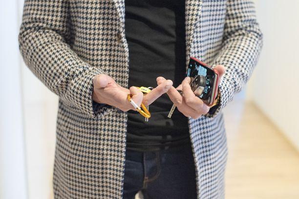 Kuvassa kiinteistönvälittäjän tärkeitä työkaluja: kännykkä ja auton avaimet.