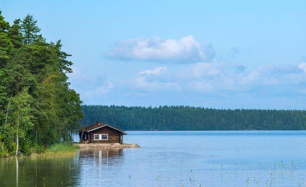 Järviä on tuhansia ja saunassa käydään nakuna.