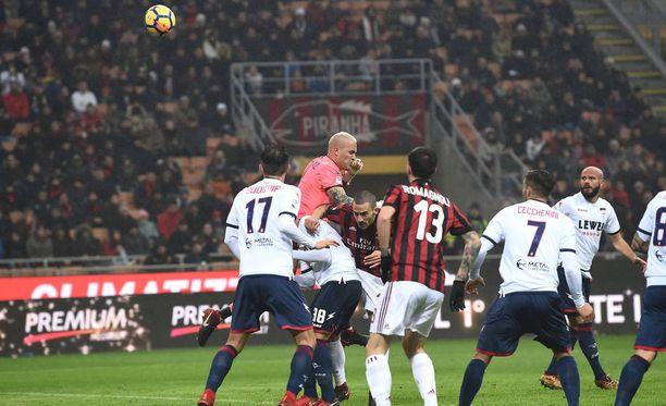 Alex Cordazin (ylimpänä) musta hetki: maalivahti on nyrkkeillyt pallon Leonardo Bonuccin selän kautta omaan maaliin.