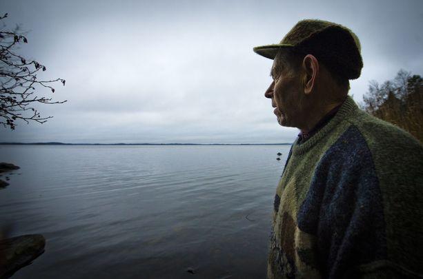 """""""On se valtava ulappa, armoton ja julma"""", Pentti Linkola sanoi lapsuuden onkipaikassaan Vanajaveden rannalla. Hän asui suuren osan elämästään Vanajaveden äärellä Sääksmäellä. Järvelle hän levitti joka syksy ja talvi lukuisia verkkoja."""