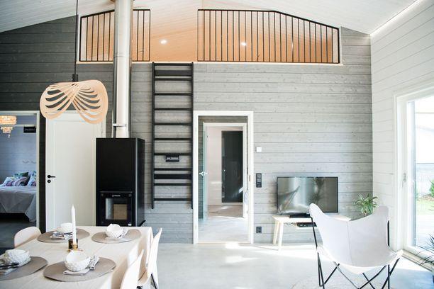 Kohde 13: Aapa-talon tupakeittiöstä pääsee kipaisemaan parvelle puolapuita pitkin. Talon pintamateriaalit ovat pääosin aitoa puuta.