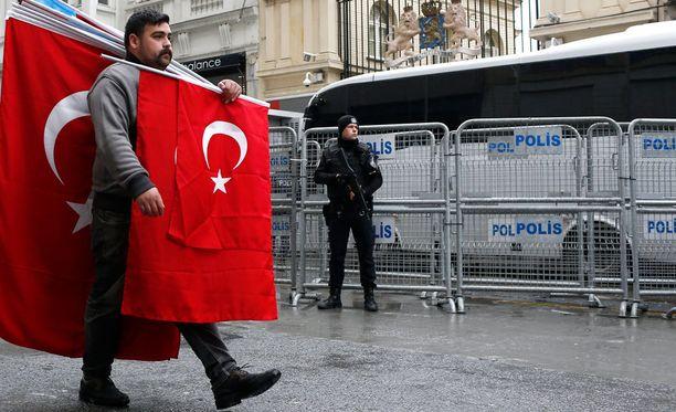 Turkin lippuihin verhoutunut mies osoitti mieltään Istanbulissa Hollannin suurlähetystön edessä.