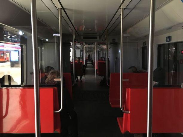 Matkustajat ohjattiin myöhemmin pois metrojunasta.