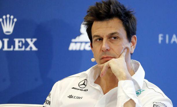 Toto Wolff ei ollut tyytyväinen ykköskierroksen kolariin, jossa Lewis Hamilton putosi 17. sijalle.