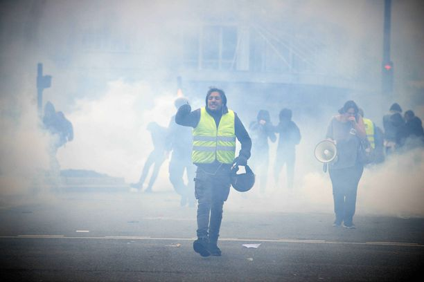 4. joulukuuta, Toulouse. Poliisi hajottaa protesteja käyttämällä kovia joukkojenhallintakeinoja, kuten kyynelkaasua.