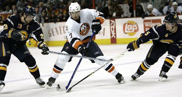 New York Islanders löi Buffalo Sabresin vieraissa. Toni Lydman (oik.) teki yhden kotijoukkueen maaleista.