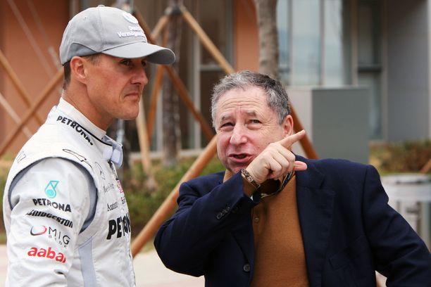 Michael Schumacher ja Jean Todt juttelemassa varikolla vuonna 2010.