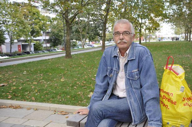 61-vuotias Hardy on asunut Marzahn-Hellersdorfissa 90-luvun alusta lähtien. Hän ei kerro äänestyskantaansa, mutta sanoo, että se ei ole AfD. Hardy toivoo, että lasten ja nuorten hyväksi tehtäisiin enemmän.