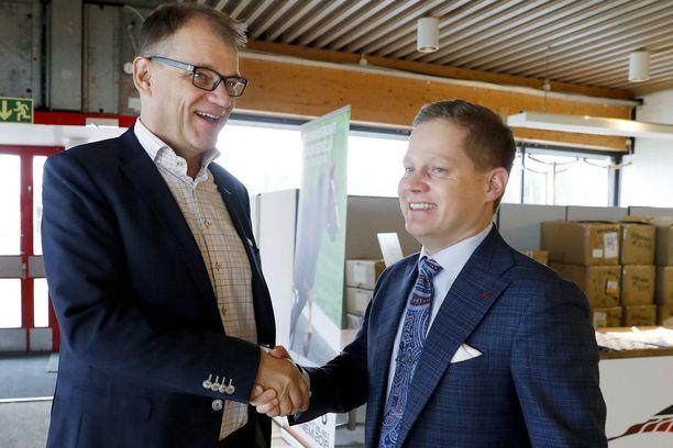 Keskustan Lapin piirin puheenjohtaja, kansanedustaja Markus Lohi toivotti Sipilän tervetulleeksi Mäntyvaaran raviradalle, jossa kokous pidettiin.