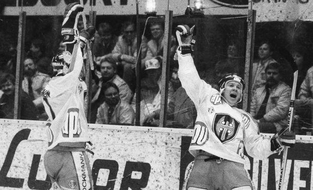 Timo Susi (kuvassa oikealla) tuuletti hattutemppua vuonna 1987, kun Tappara murjoi Ilveksen 11-0. Vierellä juhlii Kari Heikkinen. Kuva vuodelta 1988.