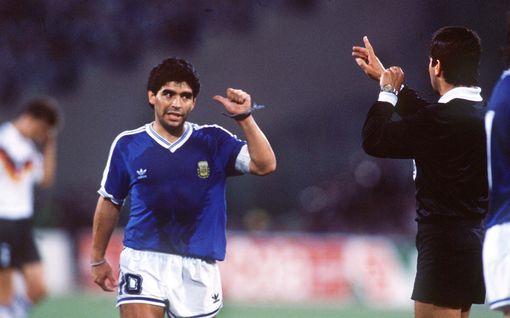 """Diego Maradonan hampaisiin kohufinaalissa joutunut erotuomari muistelee kuumana käynyttä legendaa: """"Olisin voinut näyttää hänelle punaista korttia jo ennen avausvihellystä"""""""