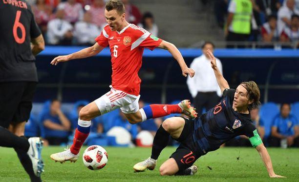 Denis Tsheryshev ohittamassa Kroatian Luka Modricia MM-kisojen puolivälierässä. Venäjä hävisi ottelun rangaistuslaukauskilpailussa.