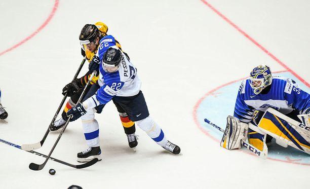 Janne Pesonen häviää oman maalin edessä taistelun Fredrik Tiffelsille, joka iskee Saksan avausmaalin.