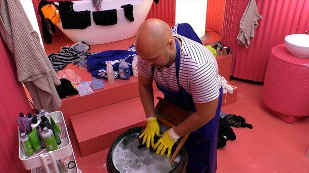 Asukkaat pesevät osan pyykistä käsin. Kuvassa Joel.