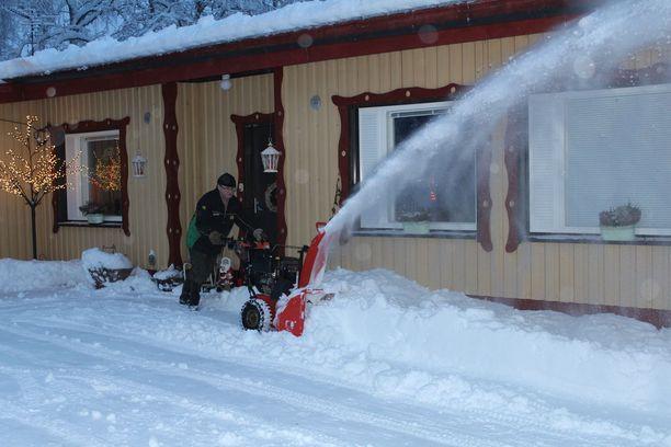 Paavo Ullgren hoiti lumityöt lumilingolla.