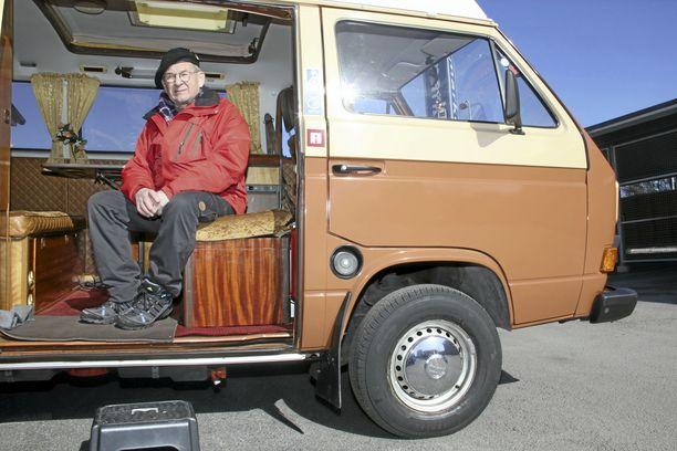 Mauno Hasusen Volkswagen Bus Reimo on palvellut kullanhuuhtojan kotina ja kassakaappina. Museokatsastajan mukaan Hasusen tulee vaalia siitä muistuttavia yksityiskohtia. Niitä ovat esimerkiksi ikkunoiden mäkäräisverkot.