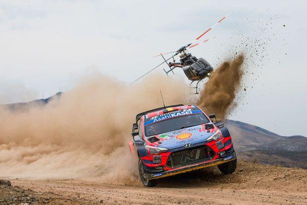 Thierry Neuville ajaa Hyundain tehdastallissa.