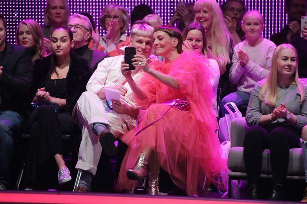 Maria Veitola ja Jotti tutkailivat kännykkää ennen suoran lähetyksen alkua.