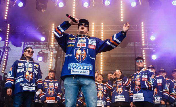 Puolustaja Otso Rantakari huudatti Keskustoria huhtikuisissa kultajuhlissa.