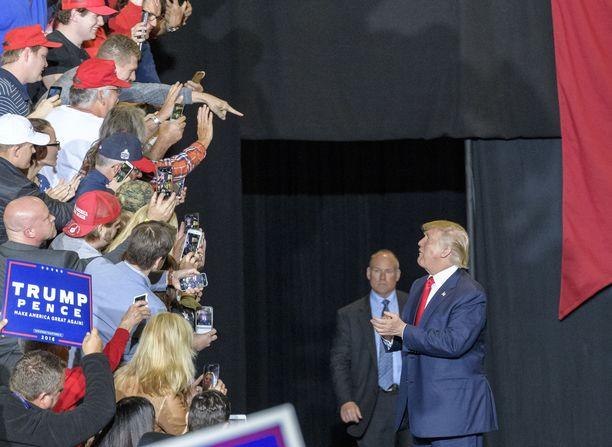 """Trump on perso ihailulle, taputuksille ja hurraahuudoille, erityisesti """"omiltaan"""".  Valtionhallinnon sulku tuntui ikävästi kannatusluvuissa ja Trump ei halunnut tehdä epäsuosittua siirtoa uudestaan."""